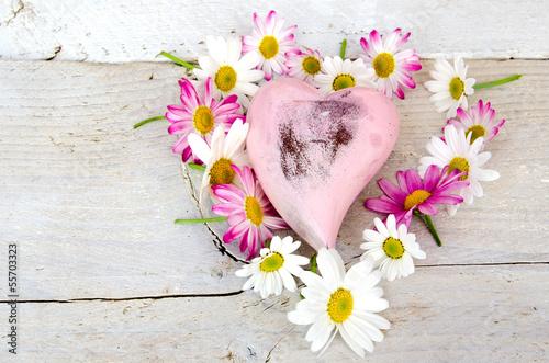 Herz aus Gänseblümchen und Margeriten mit Holzherz