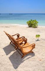 Iles Gili - plage avec fauteuils