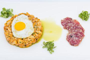 Eierschwammerl Tartar mit Spiegelei und Salami