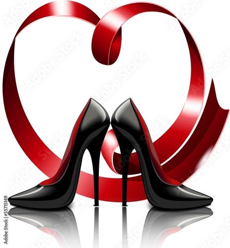Красивые черные туфли на фоне сердца из ленты