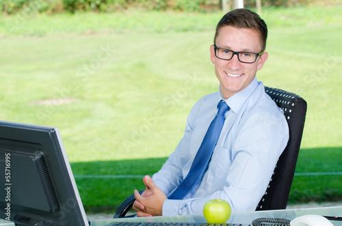 erfolgreicher junger businessmann