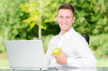 erfolgreicher student am laptop