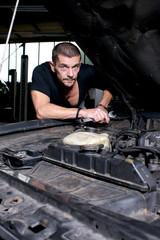 Mechaniker schaut skeptisch