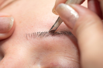 plucking eyebrows in cosmetology