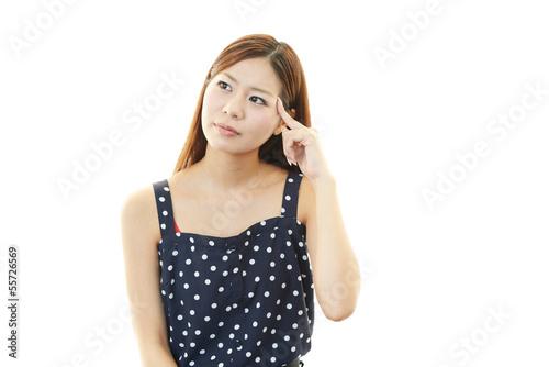 不安な表情の女性