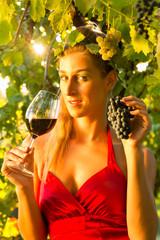Frau mit Glas Wein und Trauben als Weinkönigin