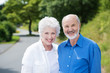 glückliches älteres paar steht im grünen
