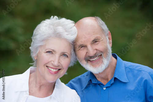 glückliches paar kopf an kopf