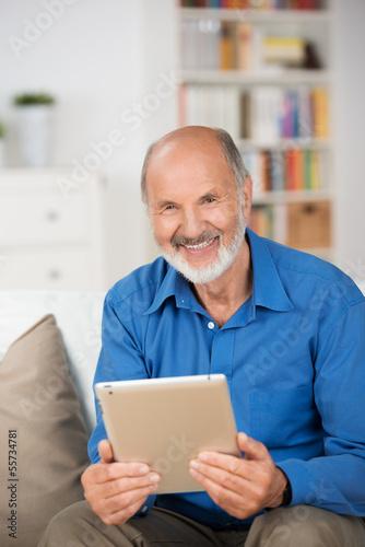 senior mit tablet zu hause