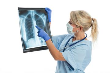 Ärztin mit Röntgenaufnahme