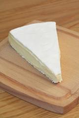 formaggio Brie  su tagliere