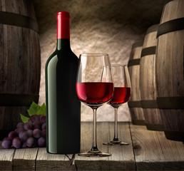 2 Rotweingläser mit Flasche und Fässern