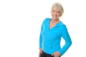 Attraktive Seniorin in sportlicher Kleidung