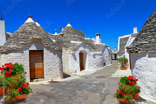 Papiers peints Cote Unique Trulli houses with conical roofs in Alberobello, Italy, P