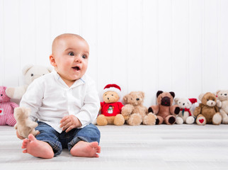 Baby, kleiner Junge als Hintergrund mit Teddybären weihnachtlich