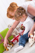 Kindergeburtstag - Mutter und Tochter packen Geschenke aus