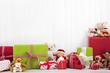 Weihnachtlicher Hintergrund in Weiß mit Geschenke und Teddybären