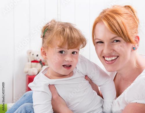 Mutter und Tochter lachen, Haare rot, orange