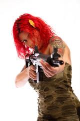 Rothaarige Sexy Frau mit Uniform und Gewehr