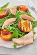 Salat mit Forelle und gegrillten Pfrisichen