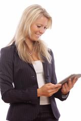 Hübsche Geschäftsfrau mit Tablet