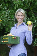 Hübsche Frau zeigt Apfel
