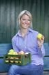 Frau mit Apfel in Hand