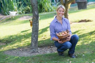 Hübsche Frau mit Eierkorb