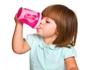 bambina che beve