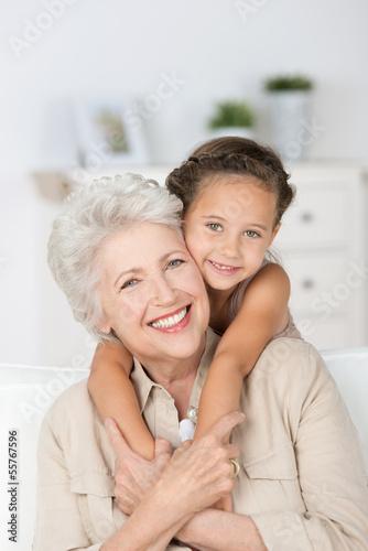enkelin umarmt ihre oma - 55767596