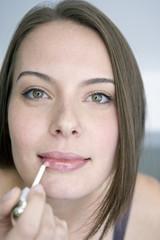 Junge Frau mit einem Lippenstift, Portrait, Nahaufnahme