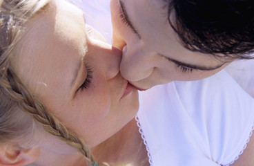 Junges Paar küssend, Nahaufnahme