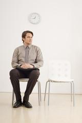 Geschäftsmann auf einem Stuhl und wartet, Portrait