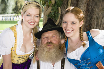 Deutschland, Bayern, Oberbayern, älterer Mann und zwei Frauen, Portrait