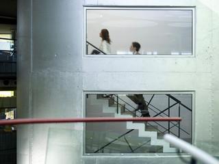 Kaufmann und Kauffrau auf Treppe, Seitenansicht