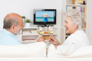 älteres paar trinkt ein glas wein zusammen