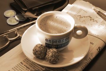 Tasse Kaffee auf Zeitung