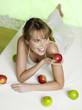 Frau liegt auf dem Bett mit Äpfeln, erhöhte Ansicht