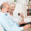 älteres paar mit laptop und kreditkarte