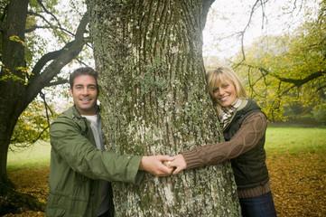 Deutschland, Baden-Württemberg, Schwäbische Alb, Paar lächelnd und umarmend, Baum, Portrait