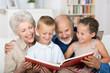 großeltern lesen den enkeln etwas vor