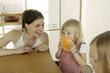 Mutter mit Kindern in der Küche