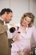 Paar, Mann gießt Wein ein