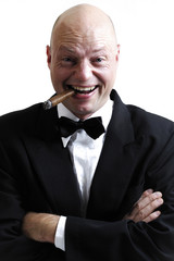Mann raucht Zigarre