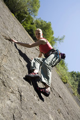Junge Frau, Klettern in Kletterwand