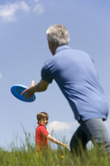 Deutschland, Baden Württemberg, Tübingen, Opa und Enkel spielen Frisbee