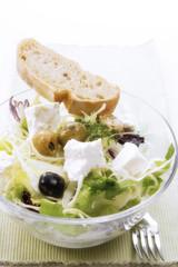 Griechischer Salat mit Feta-Käse, erhöhte Ansicht