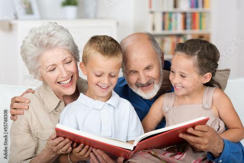 Leinwanddruck Bild großeltern lesen den enkeln etwas vor