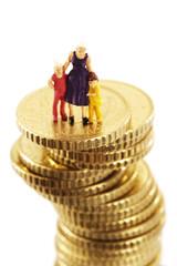 Figuren, Mutter und childeren, auf Haufen von Münzen