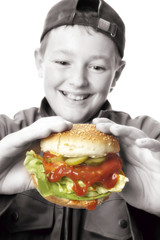 Junge hält Hamburger
